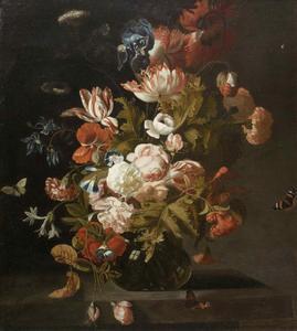 Tulpen, rozen, een lis en andere bloemen in een glazen vaas en vlinders