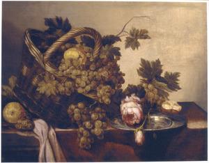 Stilleven met vruchten in een mand en een roos op een tinnen bord