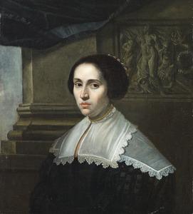 Portret van een vrouw met op de achtergrond een bas-relief