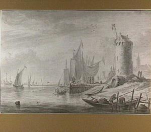Strandgezicht met boten, figuren en een toren