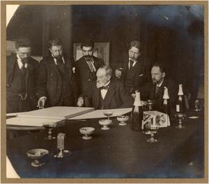 Groepsportret met vlnr. J.F. Hulk, G.H. Breitner, Ed. Frankfort, J.A. Rust, N. Bastert en G. Poggenbeek bij de huldiging van J.A. Rust op zeventig-jarige leeftijd, 13 april 1898