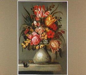 Bloemen in een vaas met decoratie in blauw