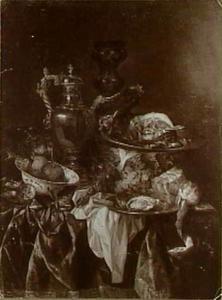 Pronkstilleven met een zilveren wijnkan met hierin het portret van de kunstenaar gereflecteerd