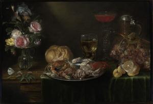 Stilleven van een vaas met bloemen, een tinnen schaal met krabben en garnalen, een roemer, een wijnglas, een kruik, druiven en een citroen