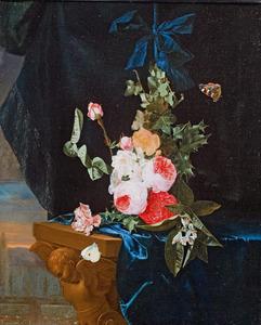 Festoen van bloemen met een blauwe strik opghangen boven een gebeeldhouwde tafel