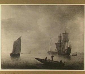 Schepen voor de kust, in de voorgrond vissers in een roeiboot