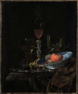 Stilleven met dekselglas op vergulde zilveren voet en een porseleinen kom met fruit