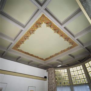 Plafondvak beschilderd met sierrand in art-nouveau stijl