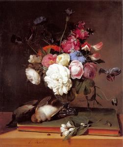 Stilleven van bloemen met vogels en een boek op een tafel