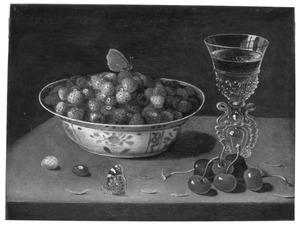 Stilleven met een kom aardbeien, kersen en een glas wijn