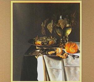 Stilleven met krab en een half geschilde citroen op tinnen borden, een broodje en een roemer, uitgestald op een tafel