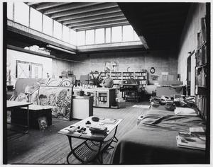 Lucebert in zijn atelier in Bergen