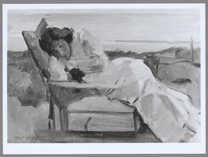Rustende jonge vrouw op ligstoel in het duin