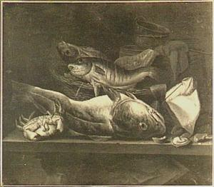 Visstilleven met een krab en oesters op een tafel met daar achter een ton met erop een weegschaal