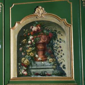 Vaas met afhangende bloemen