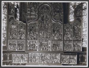 Het huwelijk van Maria en Jozef, de annunciatie (binnenzijde linker predellaluik); De visitatie, de aanbidding der herders, de besnijdenis (predella); De aanbidding der Wijzen, de presentatie in de tempel (binnenzijde rechter predellaluik); Het afscheid van Christus en Maria, de intrede in Jeruzalem, de doornenkroning, Christus voor Pilatus, Hemelvaart (binnenzijde linkerluik); De zuivering van de tempel, het Laatste Avondmaal, Christus in Gethsemane, de kruisdraging, de kruisiging, de bewening (middendeel); De gevangenneming, de geseling, de graflegging, de opstanding, pinksteren (binnenzijde rechterluik)
