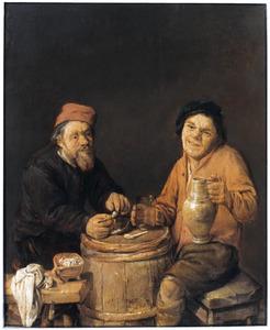 Twee mannen, rokend en drinkend bij een als tafel dienende ton