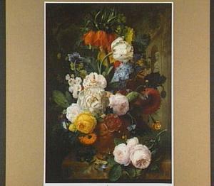 Bloemen, waaronder een keizerskroon in een terra cotta vaas