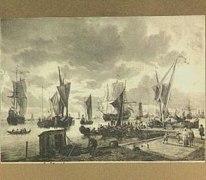 Gezicht op een haven met in de voorgrond een kade met passanten