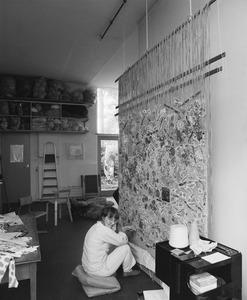 Désirée Scholten aan het werk in haar atelier