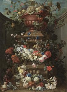 Vruchten in een tuinvaas op een piëdestal met bloemslingers omrankt