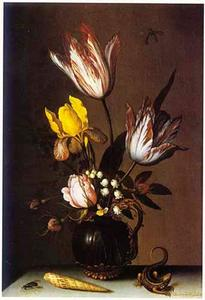 Bloemen in een glazen karaf, hagedis, schelp en vlieg