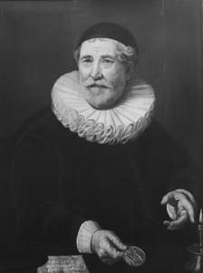 Portret van een man, wellicht Gerbrand Claesz Pancras (1591-1649), burgemeester van Amsterdam; in zijn een hand een door Amsterdam geslagen penning ter gelegenheid van de Vrede van Münster die werd uitgereikt aan de vroedschap