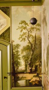 Bosrijk landschap met man, vrouw, kind en grijsaard voor een hut