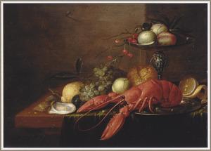 Stilleven met een kreeft op een tinnen schotel, een tazza met perziken en druiven met brood, oesters en vruchten geschikt op een tafel