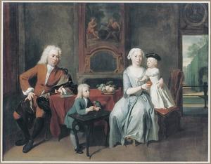 Portret van een echtpaar met twee kinderen in een interieur met doorkijk naar een formele tuin