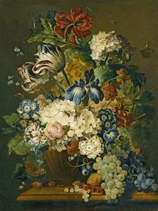 Stilleven van bloemen in een vaas, druiven, bessen en vlinders op een marmeren blad