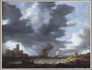 Kustgezicht met schepen bij winderig weer