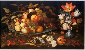 Stilleven met een schaal fruit en een boeket bloemen