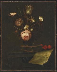 Stilleven met bloemen in een vaas, vlinders, een boek en een brief