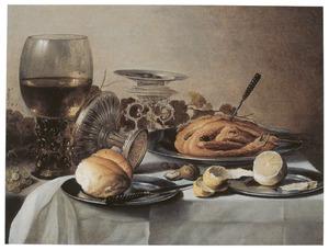 Stilleven met een roemer, broodje, liggende tazza, zilveren zoutvat, half geschilde citroen en een gebraden kip, waarin een vork steekt