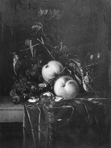 Stilleven met vruchten, walnoten en een façon de Venise wijnglas op een stenen plint