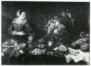 Vrouw in voorraadkamer met vruchten en groente, met rechts een papagaai en een aap