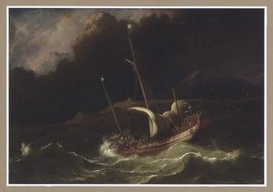 Een fluitschip voor een bergachtige kust in stormachtig weer