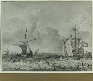 Hollandse schepen bij de kust op woelige zee, linksvoor een roeiboot