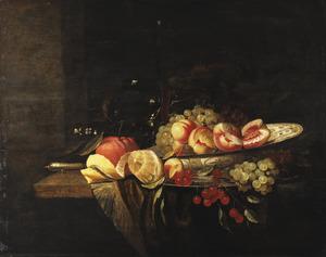Stilleven met een drinkglazen en een porseleinen schaal met fruit