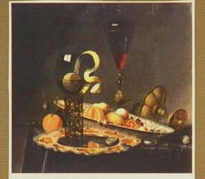 Stilleven met een citroen in een roemer, fruit op een schaal, een wijnglas en een omgevallen tazza