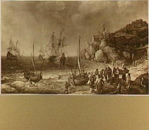 Koopvaardijschepen voor een bergachtige kust; op het strand vissers die hun waar aanbieden