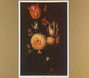Rozen, tulpen en andere bloemen in een glazen vaas
