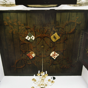 Plafond met ranken en vier wapenborden