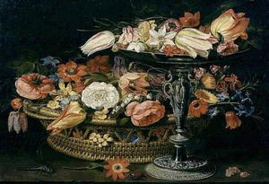 Bloemen in een mand en op een tazza