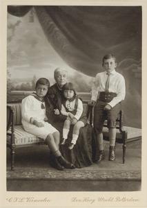Portret van Dorothea Wilhelmina Beukman van der Wijck (1841-1917) en drie kleinkinderen