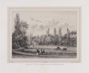 Gezicht vanaf een landweg op een weiland en de hofstede Leeuwendaal