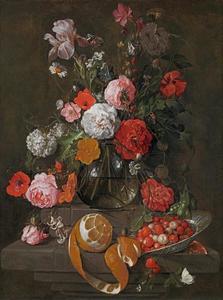 Stilleven met bloemen in een glazen vaas en een porseleinen schaal met aarbeien