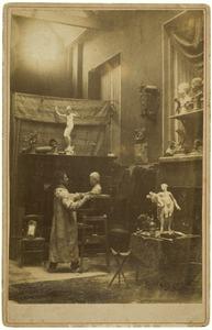 Beeldhouwer in zijn studio