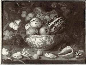 Stilleven van vruchten in een porseleinen kom, met rozen, schelpen en insekten